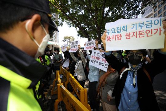 """정의연 후원금 논란에 … """"尹 문제없다""""는 與"""